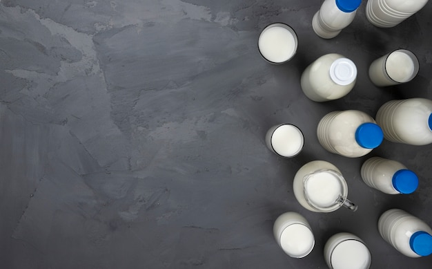 Collectie van melkflessen op grijze steen, bovenaanzicht