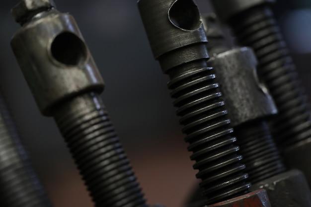 Collectie van metalen auto-onderdelen op grijs