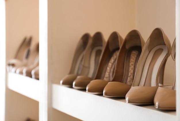 Collectie van nieuwe vrouwelijke schoenen op plank in winkel