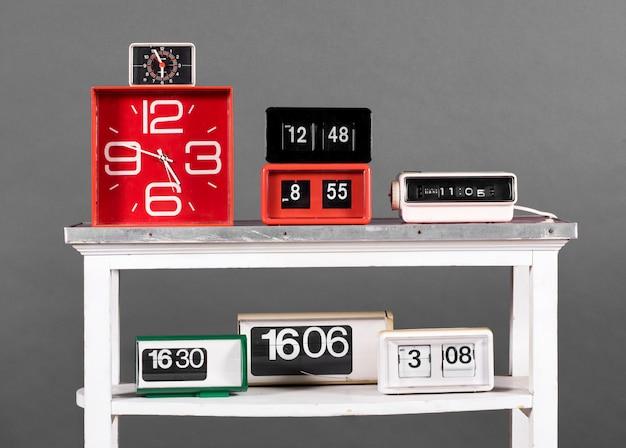 Collectie van retro klokken op witte tafel