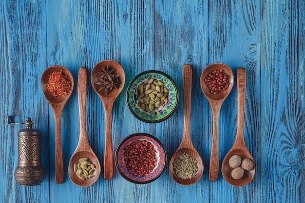 Collectie van specerijen op houten lepels