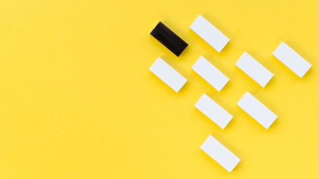 Collectie van witte bakstenen naast een zwarte met kopie ruimte