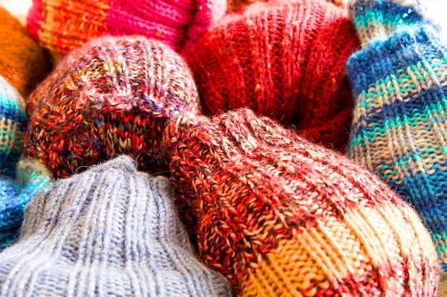 Collectie wollen sokken in verschillende stijlen en kleuren.