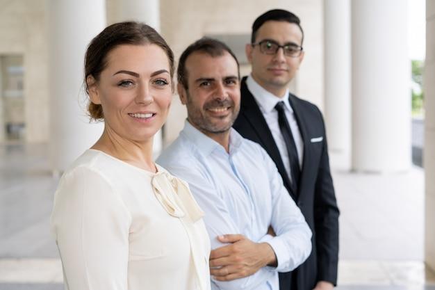 Collectief portret van mooie glimlachende bedrijfsdame met medewerker