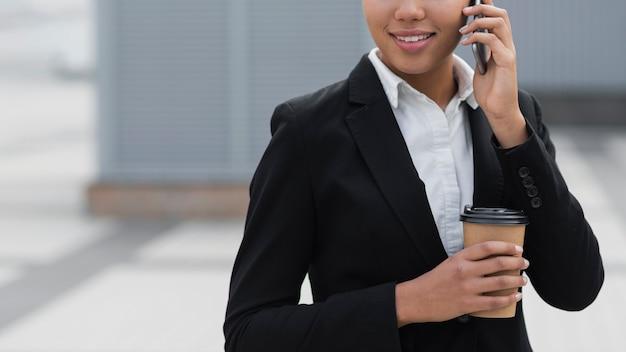 Collectieve vrouw die op telefoon spreekt