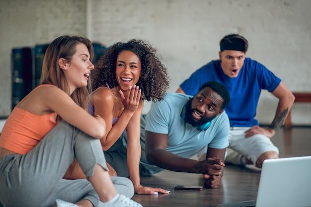 Collega's bespreken buitenlandse dansvideo's van internet