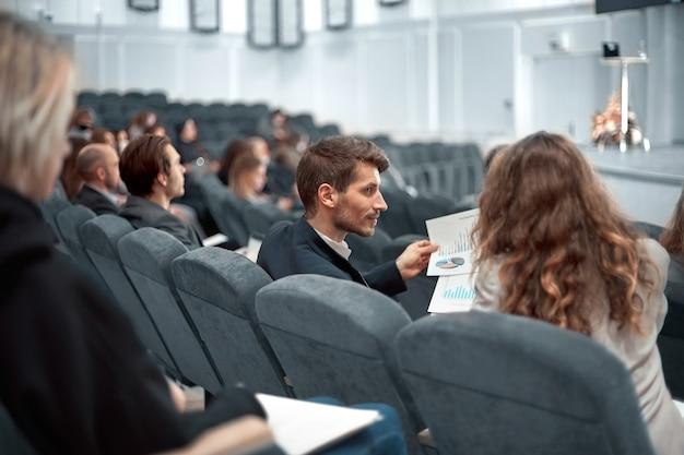 Collega's bespreken financiële schema's in de conferentiezaal