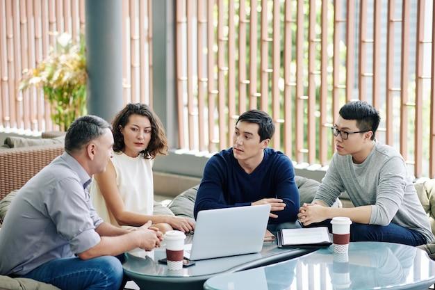 Collega's bespreken plan van projectontwikkeling
