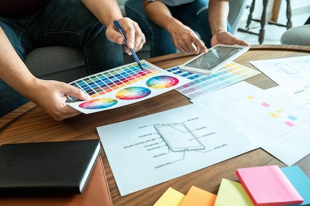 Collega's bespreken schema's van kleuren en ontwerpen