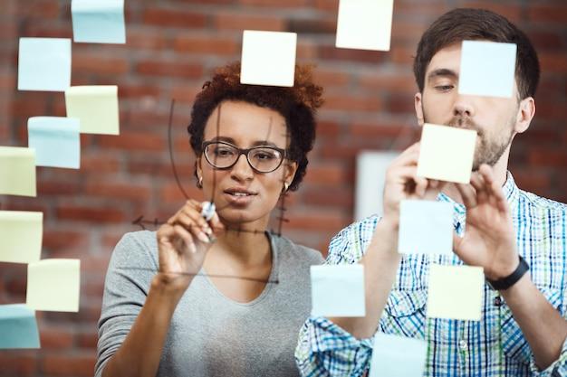 Collega's die businessplan maken tijdens vergadering.