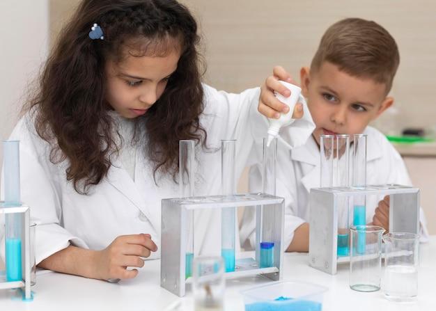 Collega's die een chemisch experiment doen op school