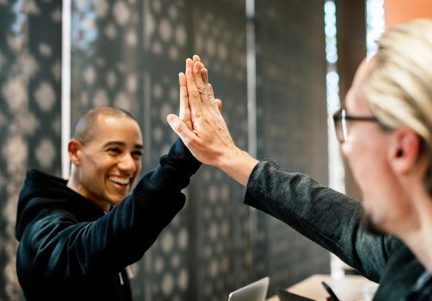 Collega's die een high five geven