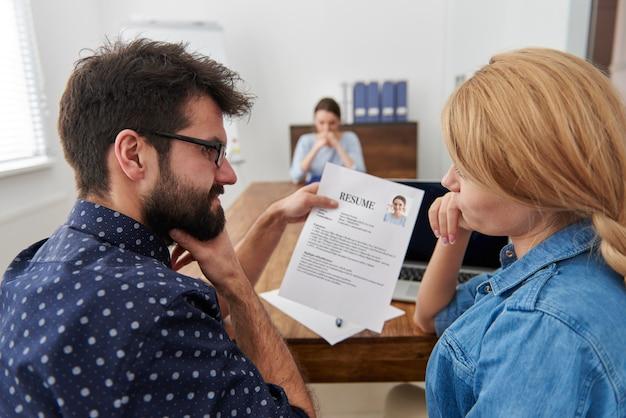 Collega's die een nieuwe kandidaat interviewen. sollicitatiegesprek concept