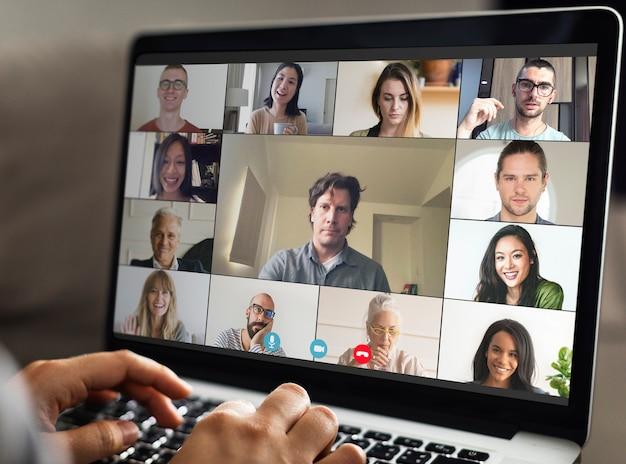 Collega's die een videoconferentie houden tijdens de coronaviruspandemie