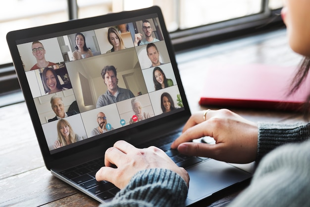 Collega's die een videoconferentie houden tijdens de pandemie van het coronavirus