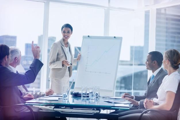 Collega's die een vraag stellen aan een zakenvrouw