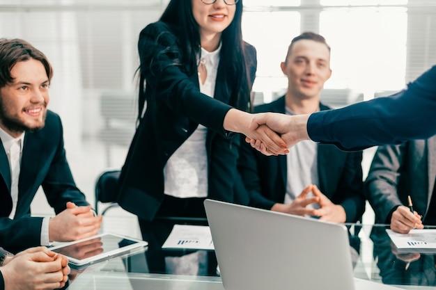 Collega's die elkaar begroeten tijdens een kantoorvergadering. concept van samenwerking