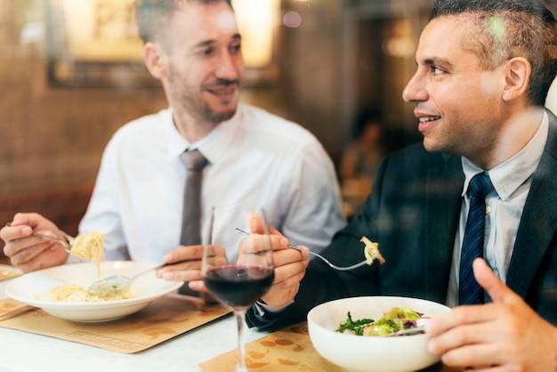 Collega's die het concept van de restaurantwijn dineren Premium Foto