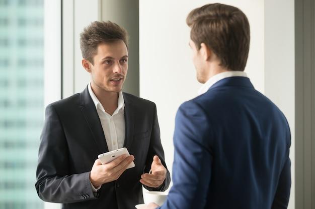 Collega's die mogelijke oplossingen of ideeën bespreken