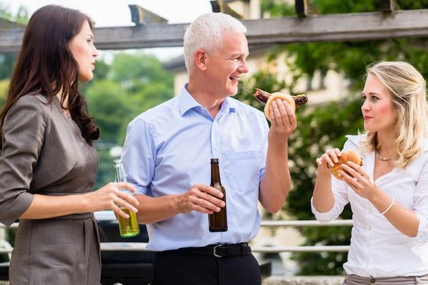 Collega's die na het werk worstjes en bier hebben