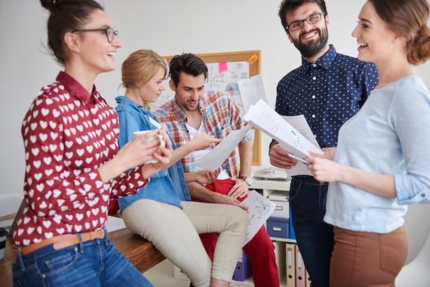 Collega's die op kantoor werken in een ontspannen sfeer