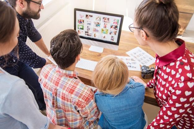 Collega's die rond een computer werken