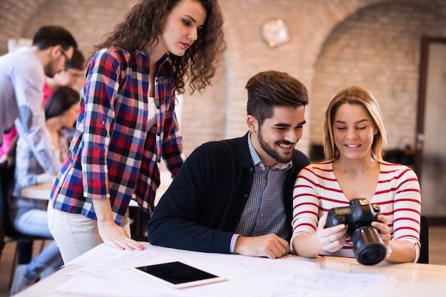Collega's die samen op kantoor aan een marketingproject werken