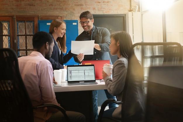 Collega's die werken in moderne kantoorruimte