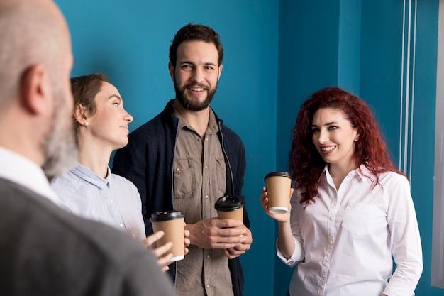 Collega's genieten van koffie op kantoor
