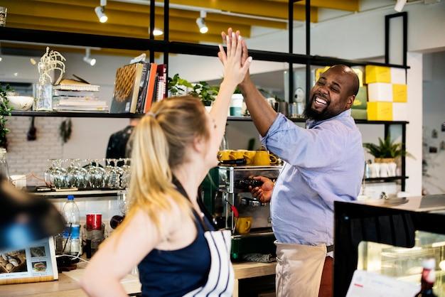 Collega's geven elkaar een high five