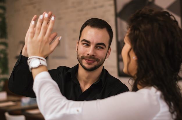 Collega's geven high five aan elkaar
