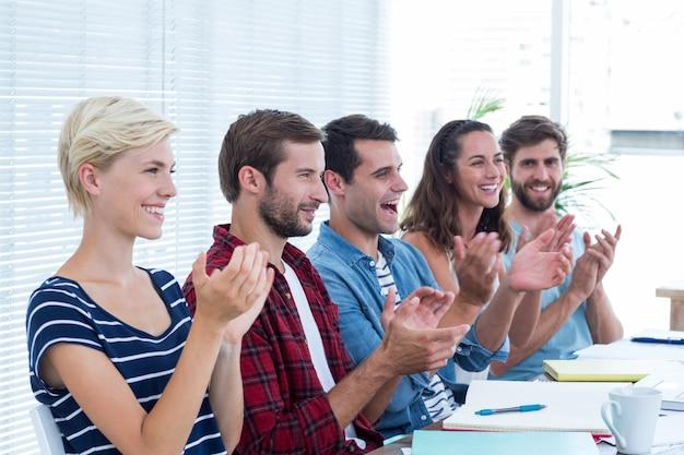 Collega's handen klappen in een vergadering