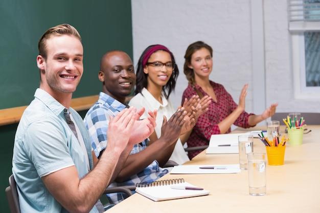 Collega's handen klappen in vergadering