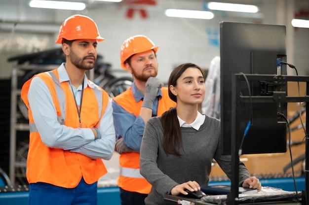 Collega's in veiligheidsuitrusting op het werk