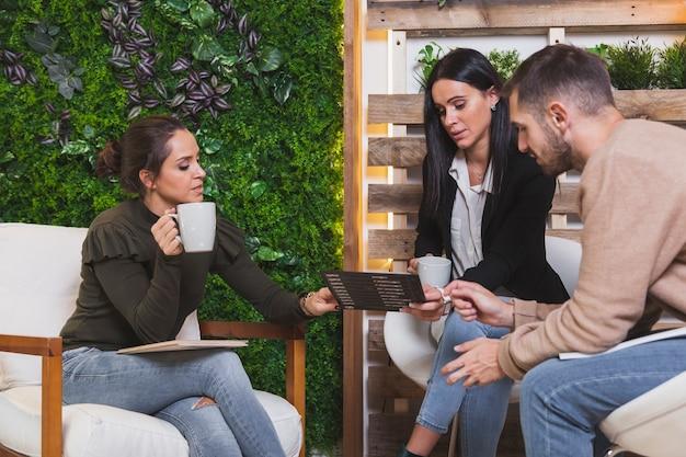 Collega's interactie tijdens pauze