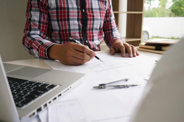 Collega's interieurontwerper corporate achievement planning ontwerp op blauwdruk teamwork concept met kompassen