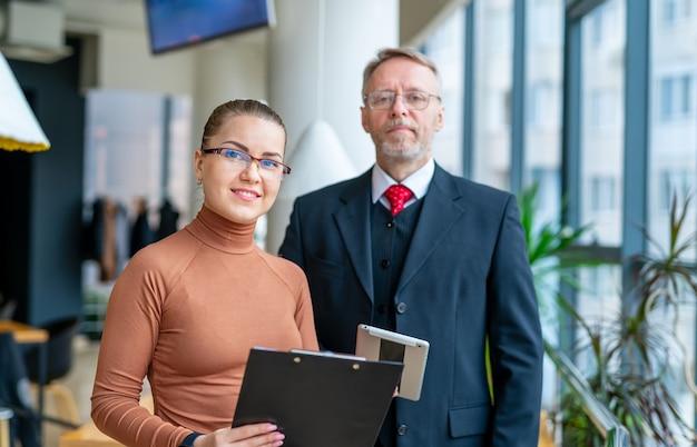 Collega's man en vrouw die samenwerken. moderne kantoor.