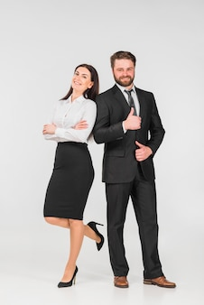 Collega's man en vrouw leunend op elkaar en glimlachend