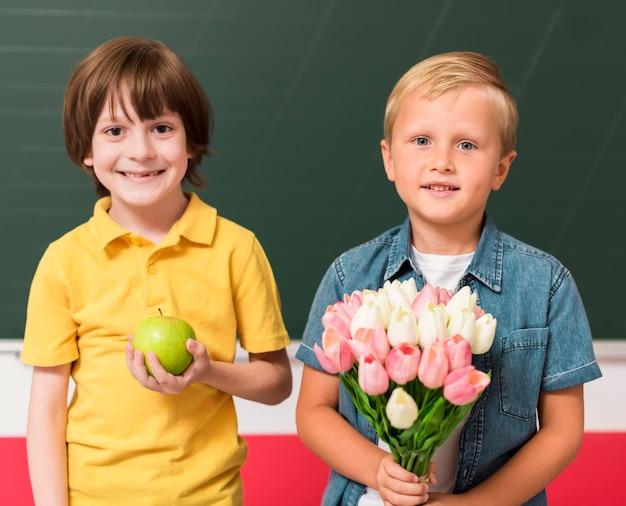 Collega's met cadeautjes voor hun leraar