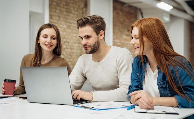 Collega's met een zakelijke bijeenkomst