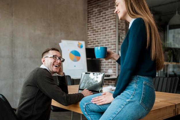 Collega's met elkaar in gesprek tijdens een vergadering