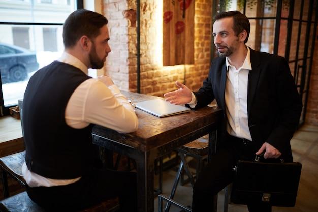 Collega's ontmoeten elkaar in cafe