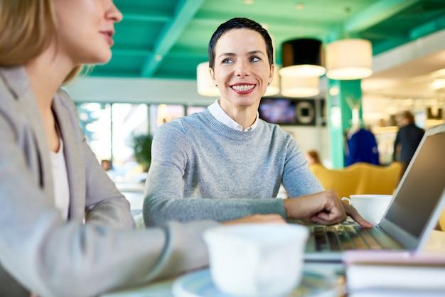Collega's ontmoeten elkaar tijdens de lunch in cafe