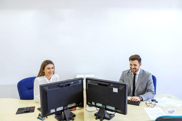 Collega's op kantoor en in de zakenwereld