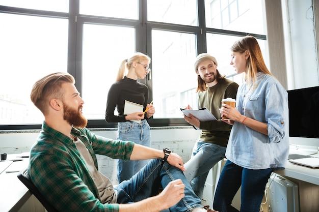 Collega's permanent in office en met elkaar praten