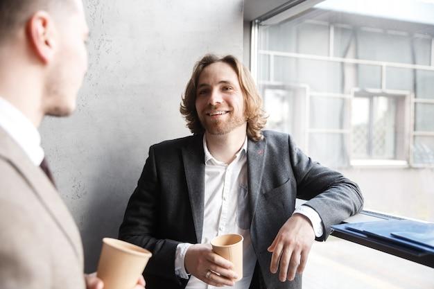 Collega's praten tijdens een koffiepauze
