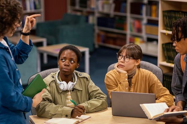 Collega's studeren samen in de universiteitsbibliotheek