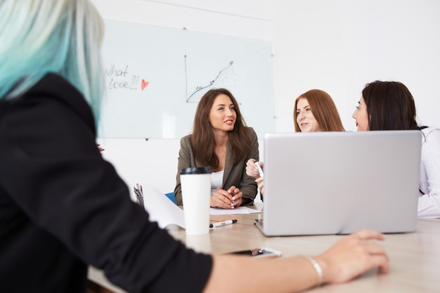 Collega's team op zakelijke bijeenkomst