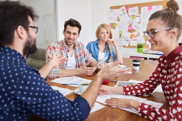 Collega's team werkt. brainstormen concept
