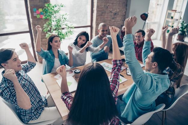 Collega's tijdens bedrijfsvergadering op kantoor
